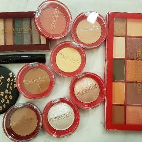 Alle ting på billedet sælges samlet for 100 kr. pp. Alt er nyt og uåbnet/ubrugt.   Det er følgende produkter: - Makeup spejl - Brow Gel (4,5 ml.) - Mini øjenskygge palette (0,85 g.) - Øjenskygge palette (1,1 g.) - Pressed Blush (2 g.) - Pressed Contour (2 g.) - Bronzer (2 g.) - Baking Powder (2 g.) - Baked Highlighter (2 g.) - Pressed Highlighter (2 g.) - Baked Highlighter (2 g.)