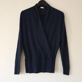 Bluse fra H&M, slå-om detalje, ribkant nederst og ved ærmerne.  Prisen er ekskl. forsendelse.