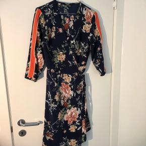 Sød wrap kjole fra ONLY   Den er aldrig brugt, og er derfor så god som ny 😊   Kjolen er lidt lille i størrelsen, så den passer en lille medium og en stor small