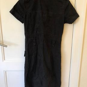 Super fin kjole fra Filippa K! Med bælte til. Bemærk deres størrelser er små