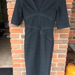Elegant kropsnær sort kjole fra SI.