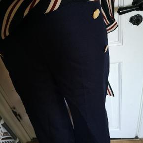 Fede stump bukser i large, Marine blå med brede ben, sidder lavt på dukken grundet dukken er str small/medium