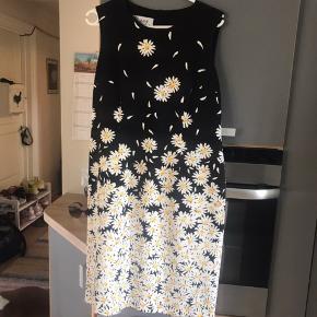 Vintage moschino kjole - med bitte små nyk i stoffet i skulder ellers fin stand - kan desværre ikke passe den i brystet - står til str 14 men er lidt lille i det