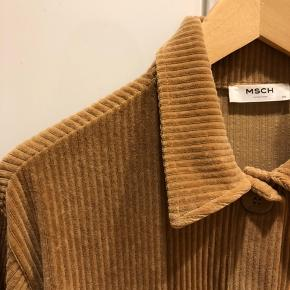 Super lækker jakke fra Moss Copenhagens forår/sommerkollektion 2019 Den kan passes af en XS/S- den er oversized på mig (XS)  Nypris:450 kr  Aldrig brugt og har ingen brugspor☀️
