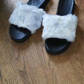 Asos slippers med lyseblåt pels Str. 37 Ca 2 cm plateau 40 kr.