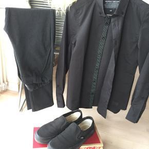 Cool sæt.  Fede bløde grå pants (Grunt) og sort skjorte (Monday One Day). (Str. 10)  Brugt 1 gang mht tøjet, og skoene få gange. Næsten som nyt.  Vans str. 37.  Sælges samlet eller enkeltvis.  Mp kr 350 samlet, eller kr 200 for sko, kr. 175 for pants og kr 75 for skjorte Plus Porto