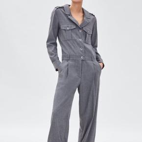 Lækker mørkegrå jumpsuit med lommer, perfekt til både hverdag og fest.   Bryst 47 cm   NP: 499!  Sælges for 299