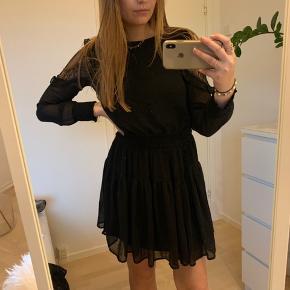 Sælger denne fine kjole fra Vero Moda med blonde detaljer på ærmerne. Brugt max 2 gange.