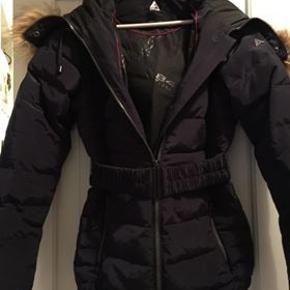 Blå vinter jakke, kun brugt få gange. Lille str 44. Køber betaler fragt.