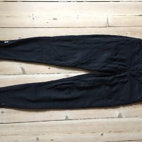XS/ 32 Ankel jeans med lynlås for neden.   Sendes eller den kan hentes i Århus indtil d 12/8 derefter i Græsted.