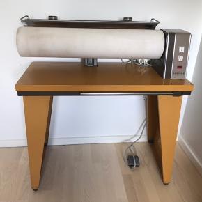 Klassisk varmerulle fra Vølund. Den har hjul, så det er nemt at flytte den. Er fuldt funktionsdygtig - så skønt med nyrullede lagner og glatte duge👍🏻 SKAL SÆLGES INDEN 1/9 - DA TAGES DEN AF NETTET.