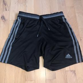 Sælger de her shorts fra Adidas - de er super fede, da de er helt sort med en grå detalje!!😊 Det er en str. UK 11-12Y Byd løs!:)