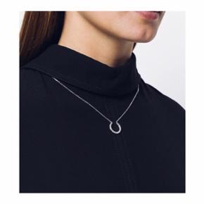 Enkel halskæde fra Maria Black i SØLV. Halskæden måler ca. 50 cm og kan justeres kortere, via en form for glide-lås, efter ønske - således at den kan bæres helt tæt om halsen. Standen er som ny.   Np: 1.000 kr Mp: se prisen + evt porto   Tag også gerne et kig på mine mange andre annoncer. 💌