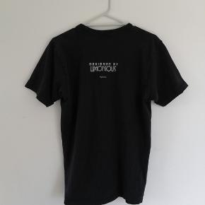 Supreme Wilfried Limonious Super Supreme Tee Brand: Supreme Size: M Colour: Black & White Cond: 7/10 + crease i printet på trøjen Bare byd Skriv for flere billeder Hvis du har nogen spørgsmål, så spørger du bare løs:)  Hav en rigtig god dag☀️🕊️🙏