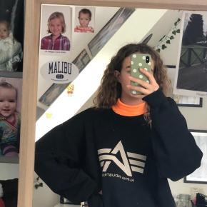 Mega fed neon orange højhalset trøje fra PIECES! Den er rimelig gennemsigtig, men man kan altid have en trøje indenunder eller ovenpå (vist på billederne)   Tags: brandy melville, subdued, Urban outfitters, Zara, h&m