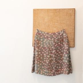 Cacharel nederdel i silke str 42. Den måler 41 i taljen