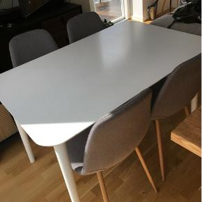 Spisebord fra Jysk. bredte: 77 cm, længde: 120 cm  2 år gammelt spisebord fra jysk. Der er lidt små skader i bordet (ridser og mærker), men ikke noget bemærkelsesværdigt.