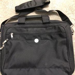 Computer taske fra Dell. Flere gode separate rum.