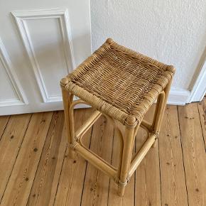 Vanvittig smuk lav barstol i flet og bambus. Har meget lidt skade i flet (se billede af sædet). Hentes i Århus c. Cirka 65 cm høj.