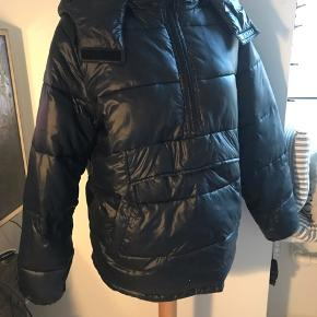 Lækker vinter puffer jacket Hætten kan lynes af Kun et par små brugsmærker man ikke lægger mærke til BYD!