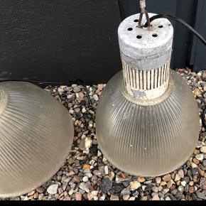 Lamper inkl pærer sælges, 14 stk i alt, BYD Lamperne er ø35, 40 i højde, med alm fatning, indendørs men de har hængt i åben udstillingshal, pærerne er induktionslyspære lavenergi, 220 volt.