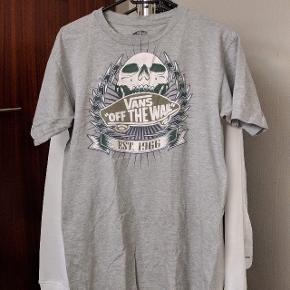 T-shirt fra Vans Off The Wall. Der er lidt krakelering i printet, hvilket er uundgåeligt. Den har mest hængt i skabet, så er ikke blevet brugt meget. Fitter normal medium - 170-180cm.