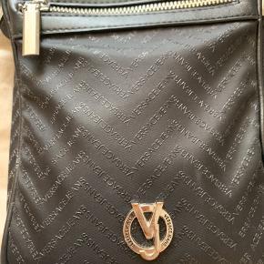 Hey allesammen. Sælger den her sprøde taske som har den lille fejl ved lynlåsen som man kan se på billedet ellers intet. Kvit haves ikke men har pose der fulgte med