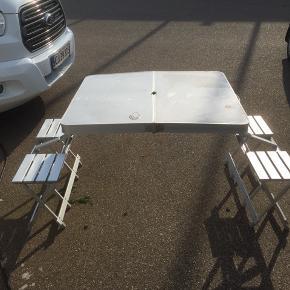 """Picnic bord/stole sæt i god stand 300kr """"Huller"""" på bordet er kun i filmen som vi ikke har taget af. Se sidste billede Afhentes i 6940 Lem St., eller kan evt tages med til Skjern, Ringkøbing eller Herning ved lejlighed"""