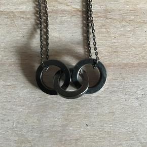 Pilgrims halskæde med 3 ringe. Justerbar længde fra 40 cm til 47 cm. Aldrig brugt. Ny pris kr. 249. Pris eksl. porto
