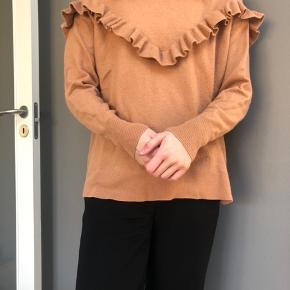 Lækker trøje i blød uld med flæser  Køber betaler fragt eller det kan afhentes i Århus