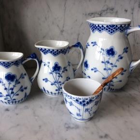 Kan leveres ved motorvej ml Kbh og Aalborg nu på søndag 6/10 ! Sæt: tre Bing og Grøndahl kander og en Royal Copenhagen sukkerskål.  Perfekt stand. Stor: 1. sortering mælkekande 8 dl - Mellem: 2. sortering (mini blåt nåleprik under glasur) 2,5 dl - Lille: 2. sortering (mini blå streg (3mm) under glasur helt nederst på kande) knap 2 dl. Sukkerskål: 1. sortering 1 dl. Skal hentes tæt ved Bella Center Metro Station eller i Blokhus