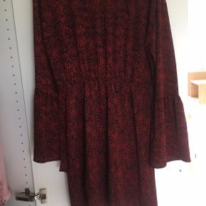 Sød kjole købt i Fabric. Strammer ind i taljen og ved armen/håndled. Sælges da denne var et fejlkøb.