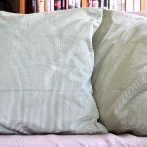 Fire pudebetræk med puder i velour/fløjl fra H&M Home. Fin mintgrøn/lysegrøn farve med lette striber i mønsteret. Sælges for 110 kr. pr. stk eller 400 kr. for alle fire.