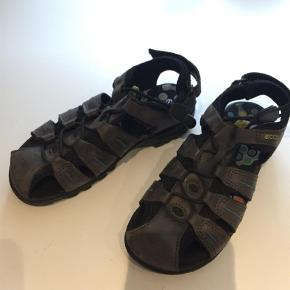Lækre Ecco sandaler i ægte læder med neoprenforing.  Brugt under 5 gange.   Sandaler Farve: Brun Oprindelig købspris: 600 kr.