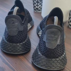 En af de mest populære sko fra Adidas ( 600d.1.003 ) og perfekt til sommeren.  Helt sorte med få hvide detaljer, men har ingen fejl, huller eller andet kosmetisk.  De er i rigtig god stand som billederne også viser.   Kan ses i Hillerød eller sendes Følg gerne for ofte nye varer og se hvad jeg ellers sælger #gør et kup