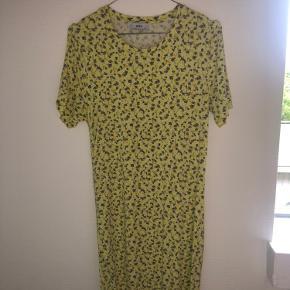 Fin kjole fra Envii. Slids i den ene side.