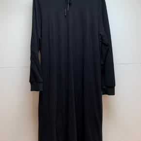Lækker kjole i blød tung kvalitet Str m Gozzip Black