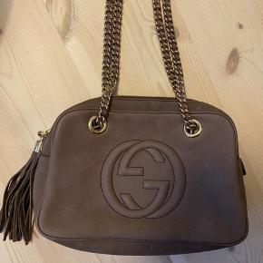"""Sælger denne fine Gucci Soho Chain Shoulder Bag.  Den er i fint brun læder. På billede 2, ses de to små """"skræmmer""""den har. Den er købt i Venedig i Gucci butikken i 2015. Kvittering haves desværre ikke længere. Kom gerne med bud! Bytter ikke."""