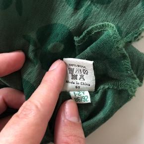 Lækker uld elefant hue - har to små steder hvor det er løbet efter vask (se billed nr tre)