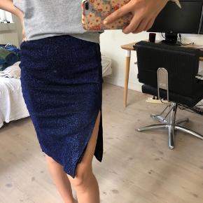 Sælger denne her nederdel fra boii, den er i en str XS men passes også af en str S! Den er helt ny, og ny prisen ligger på 300kr. Byd gerne