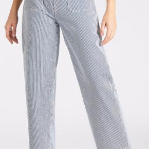 Sælger Lee stripes jeans, brugt 3 gange. Byd endelig!