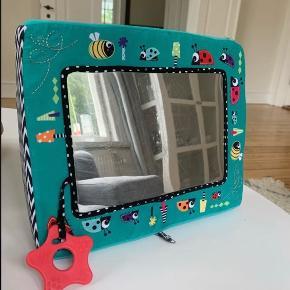 Spejlet kan enten stå eller sættes fast med stropperne f.eks. i kravlegården.  Nypris: 200,-
