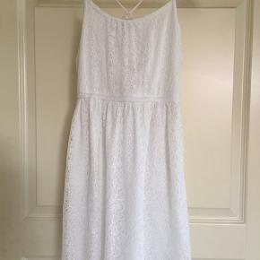 Smart kjole i pæn stand i råhvid, str 134/140