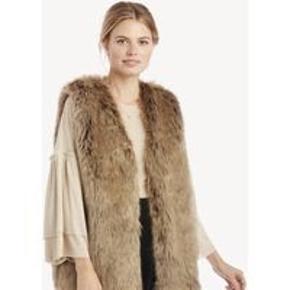 Super flot pelsvest fra Dorothy perkins, i størrelsen 38 EU. Sælges da den aldrig bruges. Byd!
