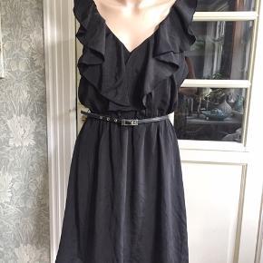 Så fin og let kjole med rynk i taljen, bælte, flæse og foer. Se også mine mange andre sager. Jeg giver gerne mængderabat.  #Secondchancesummer