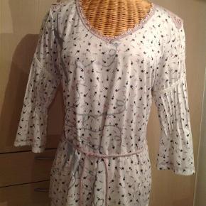 Varetype: Sød bluse Farve: Hvid m.flere Oprindelig købspris: 299 kr. Prisen angivet er inklusiv forsendelse.  Sød bluse med fine detaljer.  Str XL,men svarer mere til en M/L. Bryst 50 x 2 cm. Længde 66 cm.