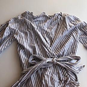 Super fin slå-om-bluse fra Envii, der kan bæres på to forskellige måder. Brugt 1-2 gange.