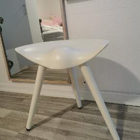 BY LASSEN. 5 STK TABURETTER. (ALLE I HVID)   48 CM.  Ny pris 3.000kr. pr. stk.   ML 42 taburet er en smuk og super funktionel stol fraby Lassen, som er kendte for deres stilrene og stringente nordiske designs.  Taburettens navn kommer fra en sammefatning af stolens designer Mogens Lassen og året den blev designet 1942 Stolen blev designet i forbindelse med en møbeludstilling på Kunstindustimuseet i København. Lassen lod sig inspirere af datidens skomagerstole, og overførte det lette og elegante udtryk til en skulpturel taburet.  Man kommer automatisk til at sidde oprejst på taburretten.
