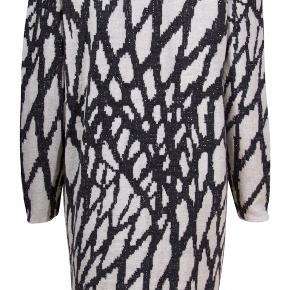 Mærke: Gestuz Style: ALEA CARDIGAN Model design: 900850 Størrelse: xs, men passer også S og M. Stor i størrelsen Farve: sort og råhvid og metal snor Materiale: 40% viscose, 29% Acryl, 20% uld, 10% nylon, 10% metallic Trøjen: en lang trøje, med knapper foran Stand: brugt få gange  Nypris 1200 kr Sælges: kr  245 Bytter ikke Sætter pris på tilfredse købere