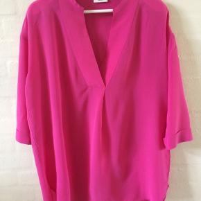 Den smukkeste silkeskjorte - brugt 1 gang men købt for stor - der står 36 men den svarer mere til str 40 - 100 % silke - mat